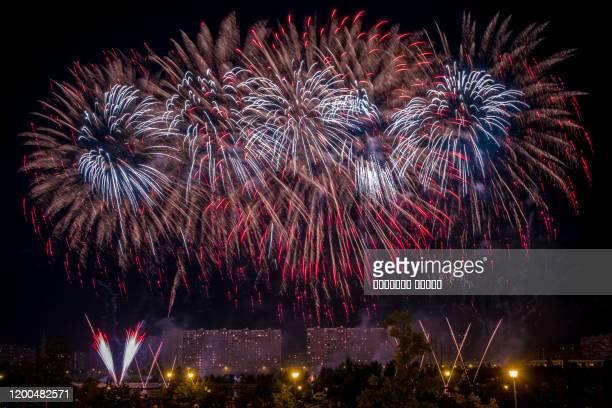 blue fireworks light up the sky - quarta feira - fotografias e filmes do acervo