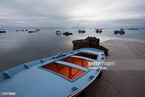 blue fishing rowboat - galicia fotografías e imágenes de stock