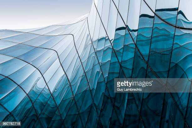blue glass - glas materiaal stockfoto's en -beelden