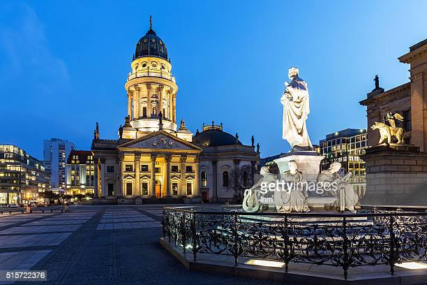 blue hour at berlin gendarmenmarkt - historic place - gendarmenmarkt - fotografias e filmes do acervo
