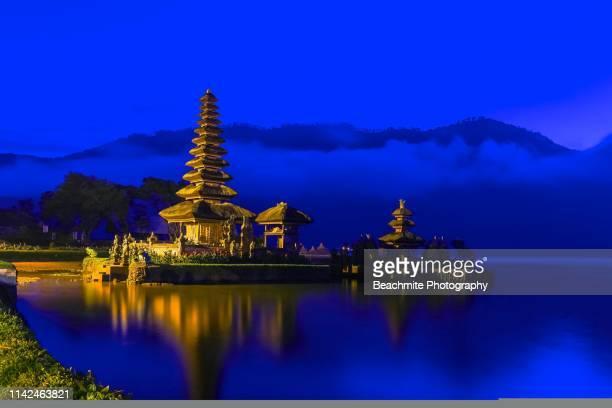 blue hour at pura ulun danu bratan , bali ,indonesia - lake bratan area stock pictures, royalty-free photos & images