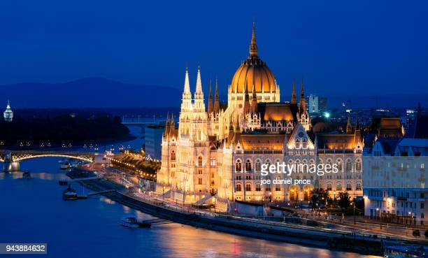 blue hour, danube, parliament building, budapest, hungary - danube river stock pictures, royalty-free photos & images