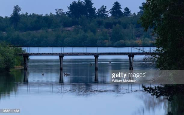 blue hour floating - william mevissen fotografías e imágenes de stock