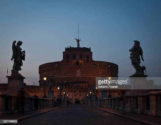 blue hour in castel sant'angelo - adriano ficarelli photos et images de collection