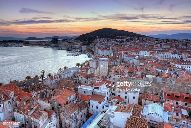 blue hour in split - kroatië stockfoto's en -beelden