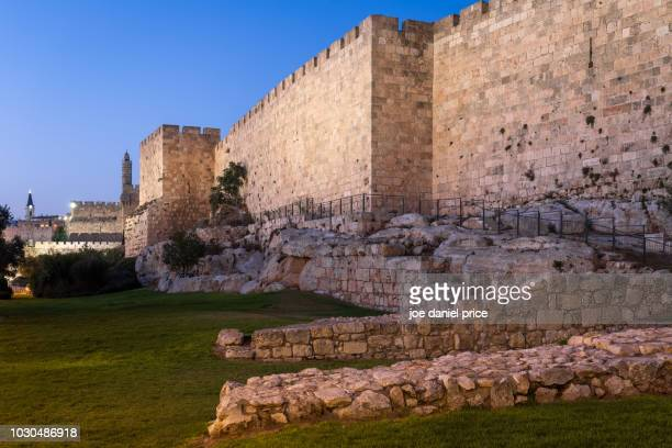 blue hour, old city walls, jerusalem, israel - jerusalem antiga imagens e fotografias de stock