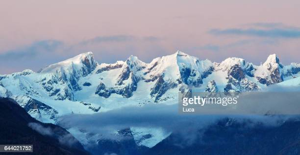 blue hour - sneeuwkap stockfoto's en -beelden