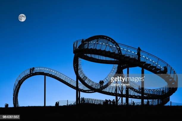 "blue hour - the ""tiger and turtle"" in duisburg - duisburg imagens e fotografias de stock"