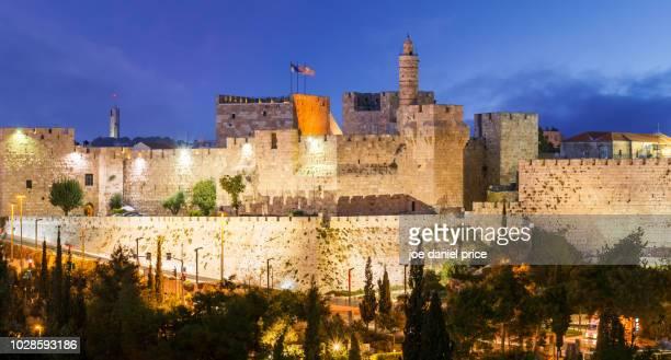 blue hour, tower of david, jerusalem, israel - jerusalem old city stock pictures, royalty-free photos & images