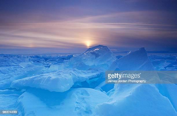 blue ice at sunset - green bay wisconsin imagens e fotografias de stock