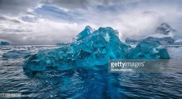 南極の青い氷山 - iceberg ice formation ストックフォトと画像
