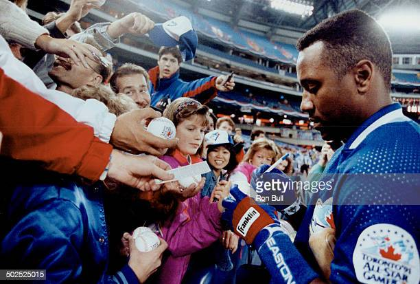 Blue Jays' injured right fielder Joe Carter autographs baseballs last night for fans at the SkyDome as Toronto prepared to play the Minnesota Twins