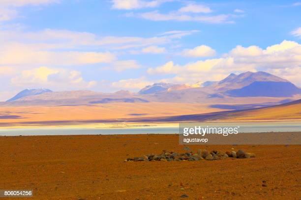 Laguna Azul en Andes de Bolivia altiplano y desierto de Atacama idílico, panorama del paisaje volcánico – región de Potosí, frontera Andes de Bolivia, Chile, Bolivia y Argentina