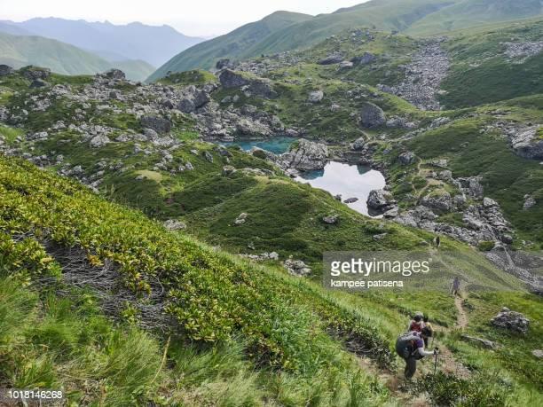 blue lake in roshka - chauki mountain valley, georgia - kaukasus geografische lage stock-fotos und bilder
