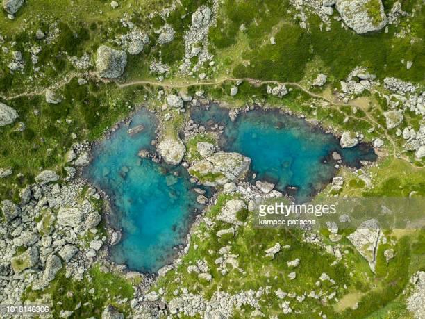 blue lake in roshka - chauki mountain valley, georgia - clima alpino foto e immagini stock