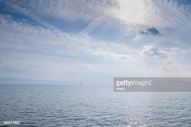blue lake Meerblick dramatischen Blau bewölkten Himmel Horizont im Sommer