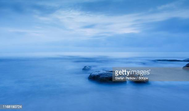 blue landscape sea and rock - アバフェルディ ストックフォトと画像