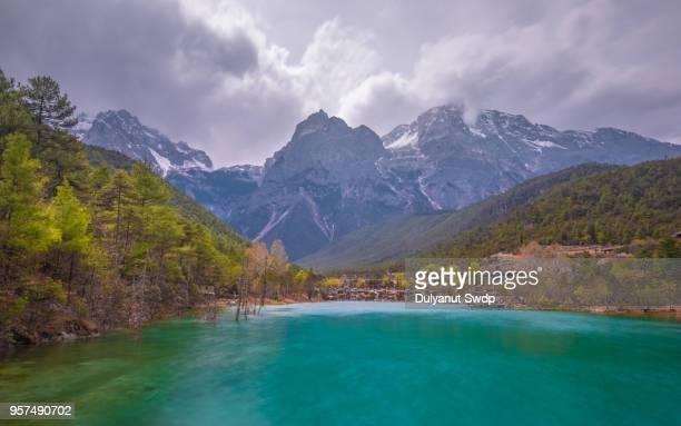 blue moon valley in jade dragon snow mountain - provinz yunnan stock-fotos und bilder