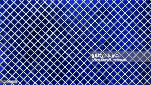 blue mosaic wall tiles in a diagonal pattern - mosaik stock-fotos und bilder