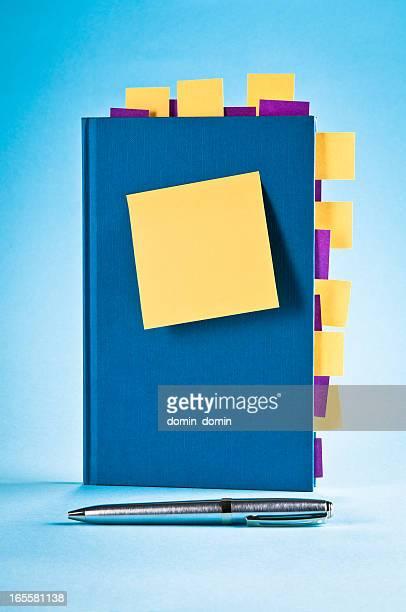Blue Notizblock mit gelb, lila sticky post-it-Zettel, Kugelschreiber