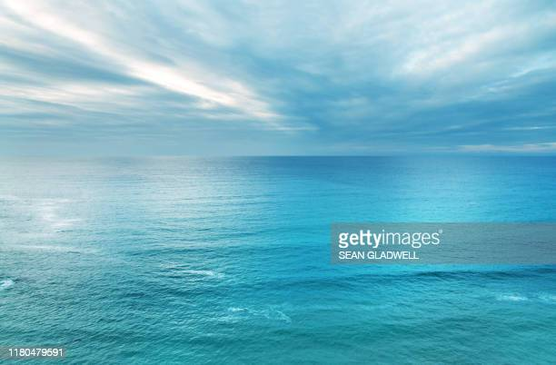 blue ocean and sky - mare foto e immagini stock