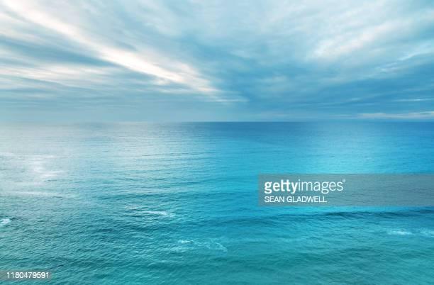 blue ocean and sky - mar fotografías e imágenes de stock
