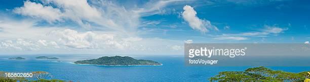 ブルーの海と緑のトロピカルな島々の空のパノラマに広がる