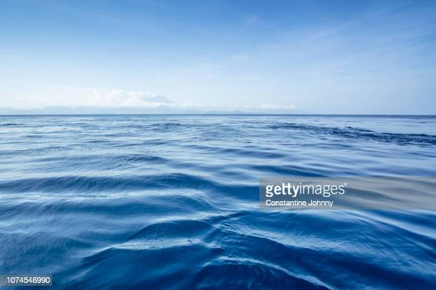 blue ocean skyline - horizon stockfoto's en -beelden
