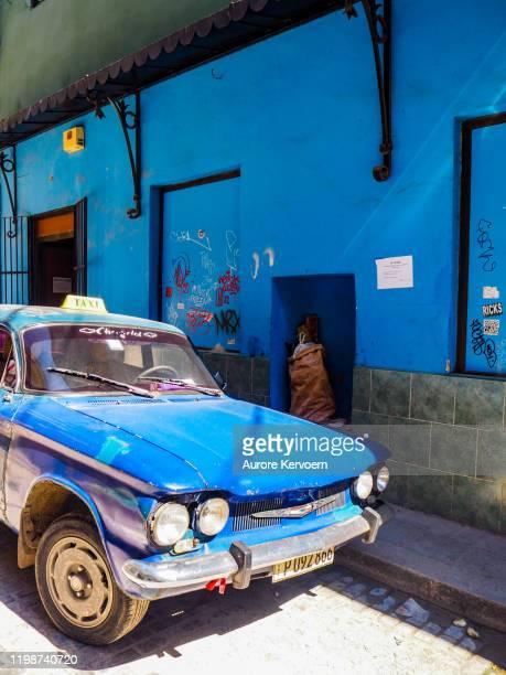blaues altes auto in barrio del arte in alt-havanna - arte stock-fotos und bilder