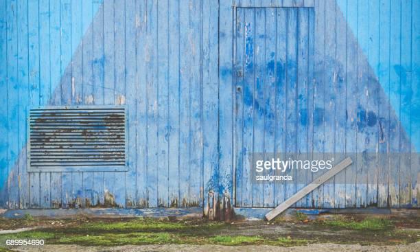 blue old gate - 打ち捨てられた ストックフォトと画像