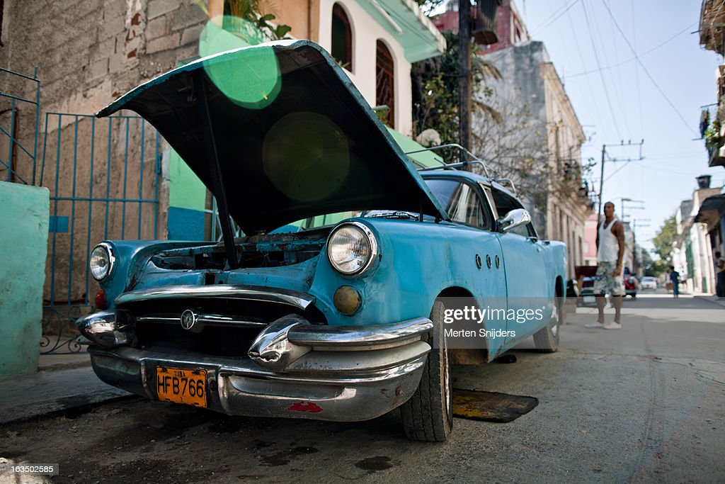 Blue oldtimer car with open hood : Stockfoto