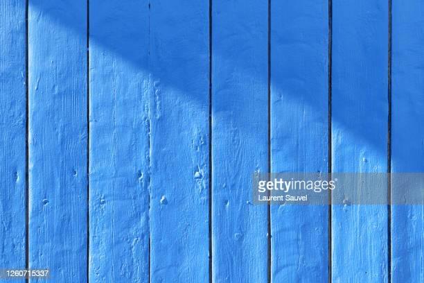 blue painted wood background - laurent sauvel photos et images de collection