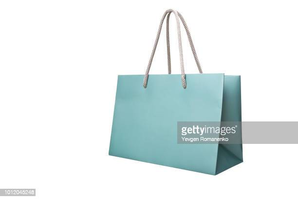 blue paper shopping bag isolated on white - bolsa objeto fabricado fotografías e imágenes de stock