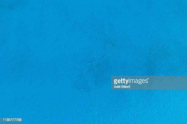 blue plastered rusty concrete wall - blu chiaro foto e immagini stock