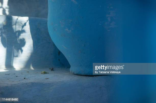blue pot on the stairs with plant shadow in blue city chefchaouen, morocco - chefchaouen photos et images de collection