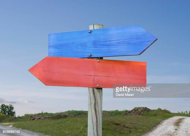 blue & red direction signs. - coluna de madeira - fotografias e filmes do acervo
