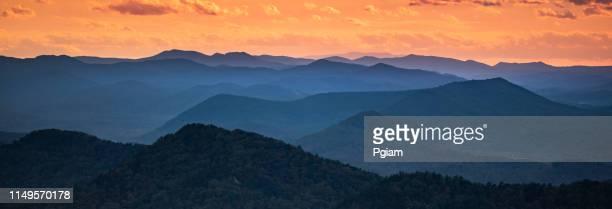 opinião cénico do vista do panorama das montanhas azuis de ridge - parque nacional das great smoky mountains - fotografias e filmes do acervo