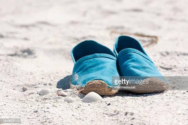 blu sandals sulla spiaggia. - espadrilles foto e immagini stock