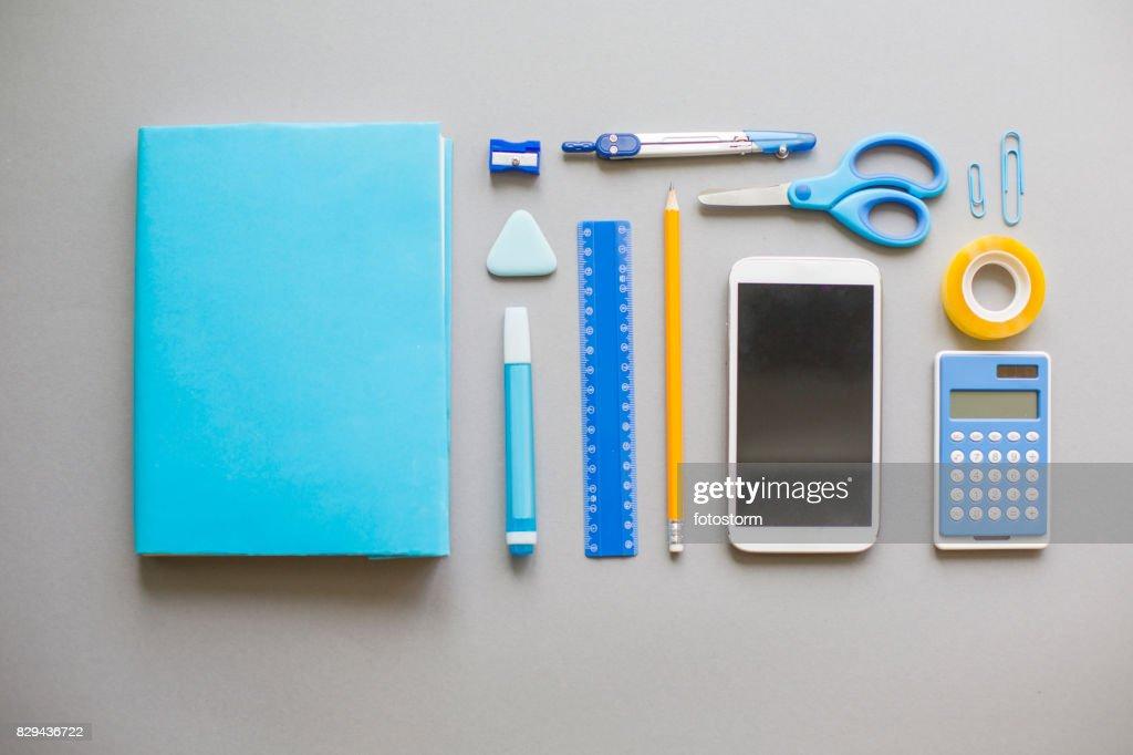 Blå skolan levererar på grå bakgrund : Bildbanksbilder