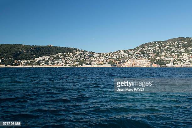 blue sea in front of saint-jean cap ferrat city - jean marc payet photos et images de collection