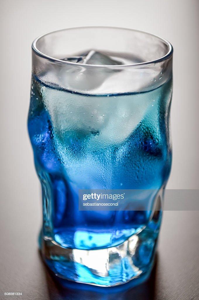blau Schnapsglas mit Eis und Kondenswasser : Stock-Foto