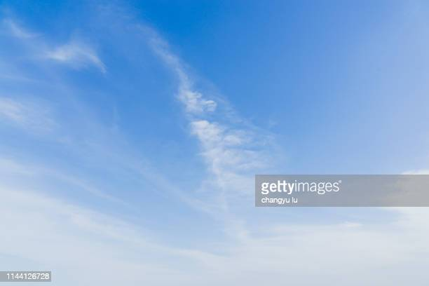 blue sky and clear ocean; clouds in blue sky - cielo foto e immagini stock