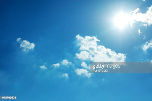 blue sky and sun - zonlicht stockfoto's en -beelden