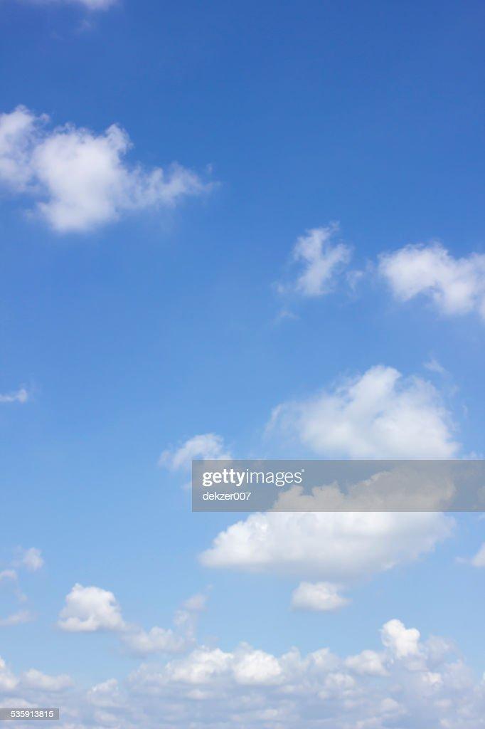 Azul cielo y blanco nube : Foto de stock