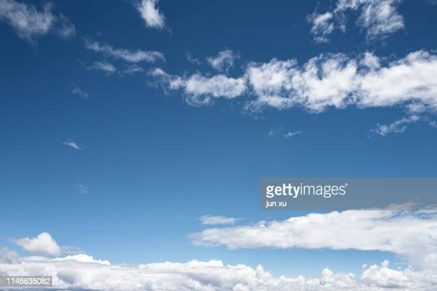 blue sky and white clouds in a clear sky - alleen lucht stockfoto's en -beelden