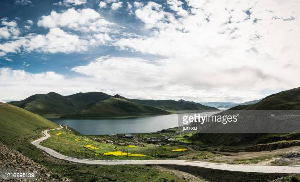 blue sky and white clouds in yamdrok yong-kwok, one of the three holy lakes in xizang - lhasa apso bildbanksfoton och bilder