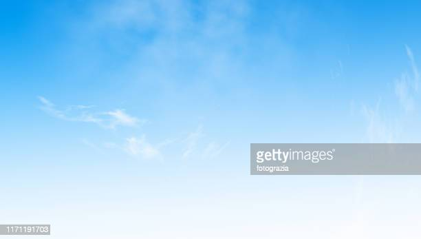 blue sky background - heldere lucht stockfoto's en -beelden