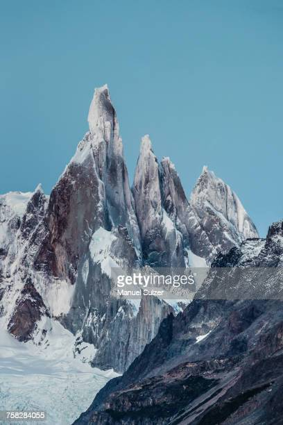 blue sky over cerro torre and fitz roy mountain ranges, los glaciares national park, patagonia, argentina - cerro torre stock-fotos und bilder