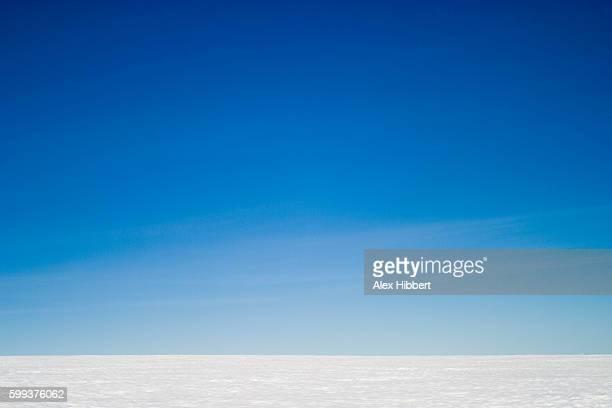 blue sky over the inland arctic ice cap in south-east greenland - orizzonte su terra foto e immagini stock