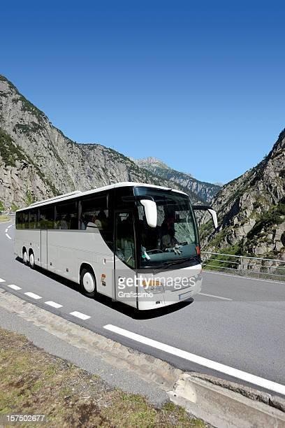 Blauer Himmel mit weißen bus Überqueren des alpes